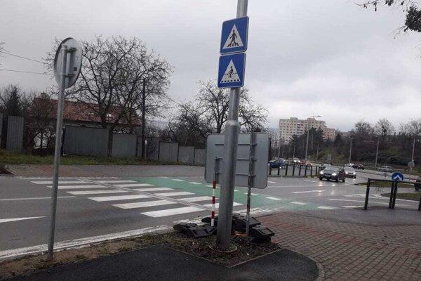 Cyklisti pokračujúci vľavo cez cestu si budú musieť okrem áut dávať pozor aj na kandeláber nalepený na koniec cyklochodníka.