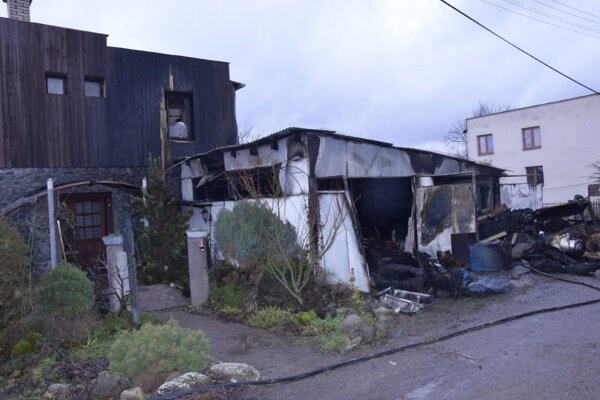 Plamene zasiahli aj fasádu domu. Zachránili ho hasiči.
