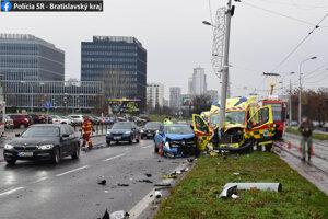 Štyri osoby sa ľahko zranili pri dopravnej nehode sanitky rýchlej zdravotnej pomoci s Renaultom Clio. Prišlo k nej v stredu 30. decembra 2020 po 10.00 h v Bratislave. Na sociálnej sieti o tom informovali bratislavskí policajti.