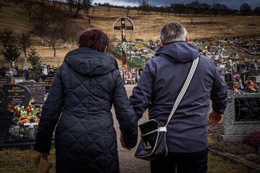 Rodičia Jána Kuciaka na cintoríne v Štiavniku.