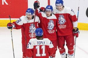 Hokejisti Česka sa tešia zo streleného gólu.