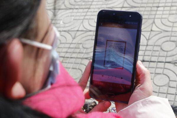 Severokórejčanka si číta poďakovanie od Kim Čong-una.