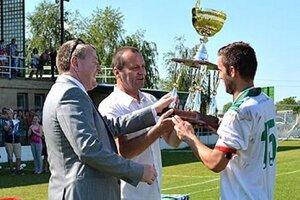 Kapitán Veľkého Medera Petr Musil prijíma víťazný pohár z rúk predsedu ZsFZ Ladislava Gádošiho.