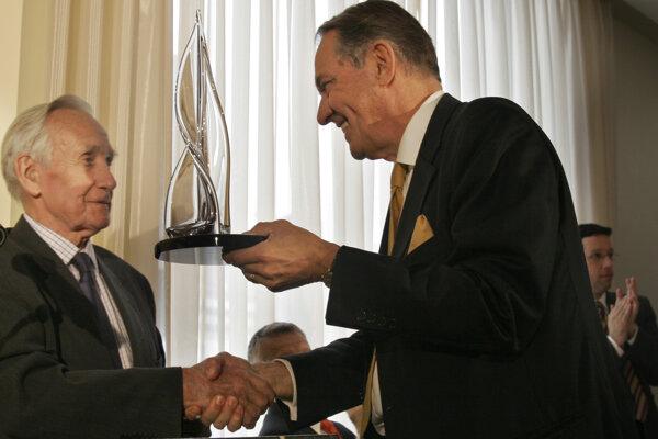 Zľava Brian Urquhart (vľavo) ma archívnej snímke z roku 2006.