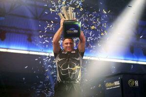 Gerwyn Price s trofejou pre majstra sveta v šípkach.