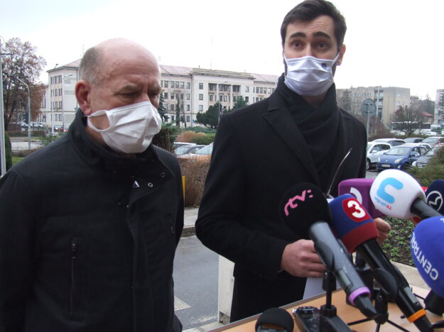 Primátor Marek Hattas a riaditeľ nitrianskej nemocnice Milan Dubaj.