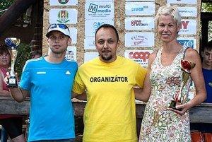Hlavný organizátor Ronald Kontár s absolútnymi víťazmi podujatia.