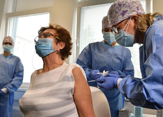 Zľava v popredí: Infektologička Anna Strehárová a prednostka kliniky infektológie Fakultnej nemocnice Trnava Adriana Kršáková počas očkovania vakcínou na prevenciu ochorenia COVID-19 vo Fakultnej nemocnici v Trnave.