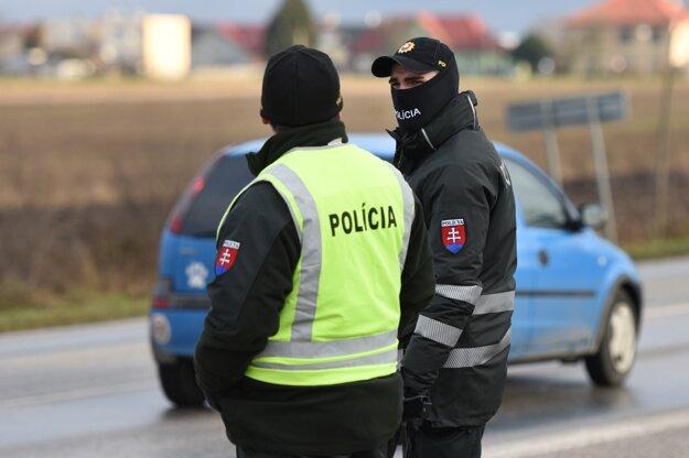 Policajná hliadka kontroluje dodržiavanie zákazu vychádzania na výjazde z obce Kaplna, okres Senec.