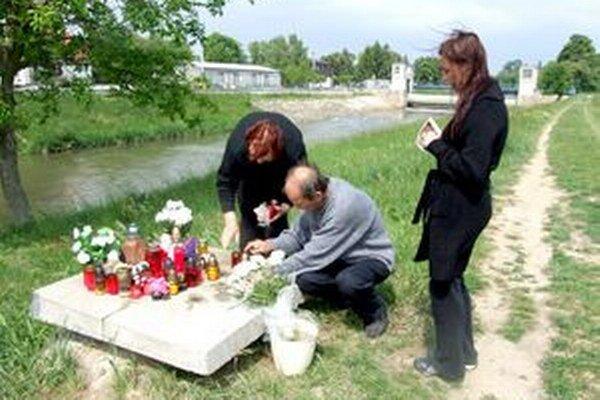 Šachtu zakryli až po tragédii. Vpravo je Vaneskina mama.