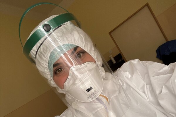 Zdravotná sestra Rebeka Fabianová denne pracuje s pacientami, ktorí sú napojení na umelú pľúcnu ventiláciu.
