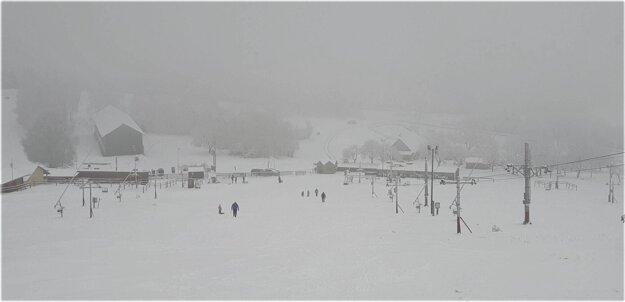Zjazdovka lyžiarskeho strediska Kokava-Línia v okrese Poltár počas hmlistého dňa.
