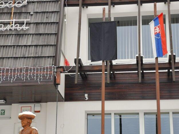 Čierna vlajka visí na obecnom úrade Štrby.