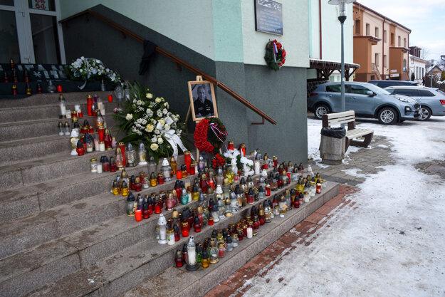 Pietna spomienka počas poslednej rozlúčky s bývalým prezidentom Policajného zboru Milanom Lučanským v obci Štrba.