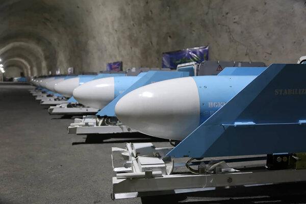 Na snímke zverejnenej Sepahnews, webovej stránky Iránskych revolučných gárd, rakety vystavené počas inaugurácie novej vojenskej základne na neznámom mieste v Perzskom zálive, v Iráne 8. januára 2021.