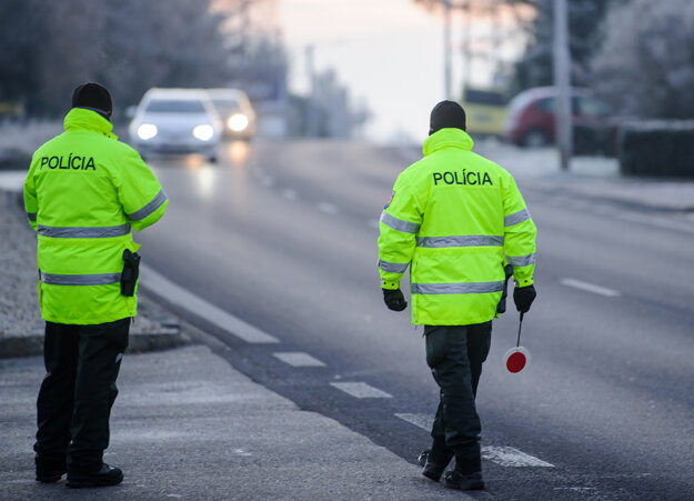 Policajná kontrola na ceste v smere z Levíc do Nitry.