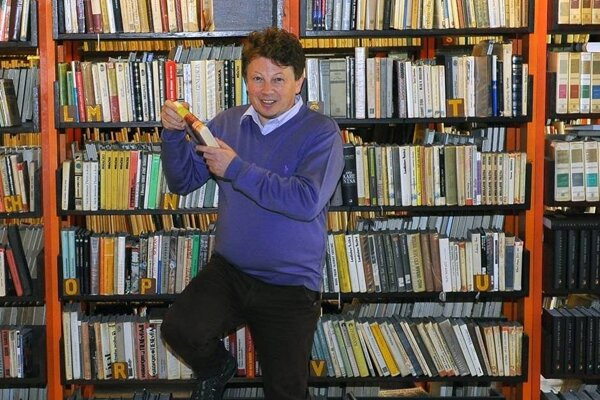 Medard Slovík v knižnici.