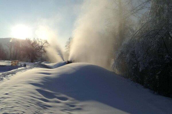 Technický sneh pribúda rýchlym tempom.