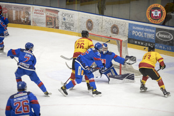 Topoľčianski hokejisti na domácom ľade porazili slovenskú osemnástku a poskočili už na druhé miesto v tabuľke.