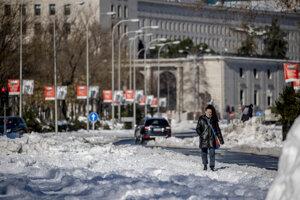 Madridčania sú na sneh zvyknutí z lyžovačiek, no nie sú naučení na to, že v snehu zapadne ich mesto.