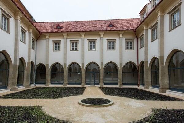 Jednotlivé fasády átria po obnove.