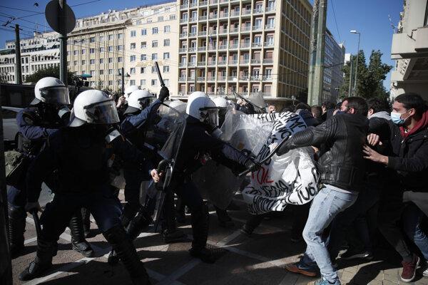 Stret študentov s členmi poriadkovej polície počas zhromaždenia 14. januára 2021 v Aténach.