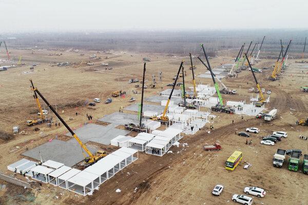Na leteckej snímke budovanie karanténneho centra v meste Š'-ťia-čuang v severočínskej provincii Che-pej.