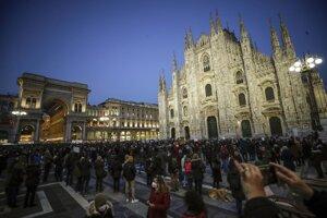 Protest pred milánskym Dómom proti zrušeniu otvorenia škôl.