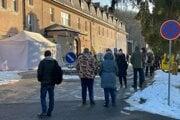 Ľudia čakajú na testovanie v areáli Špecializovanej nemocnice sv. Svorada na Zobore.