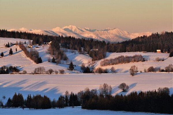 Keď sa postavíte medzi tri obce naskytne sa vám aj pohľad na Nízke aj Vysoké Tatry