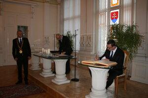 Ustanovujúce MsZ po komunálnych voľbách v roku 2018. na snímke primátor Bečarik a poslanec Demečko.