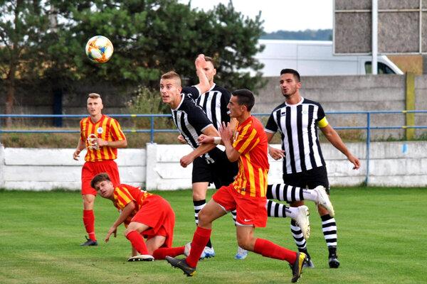 Futbalisti z tretej ligy a nižších súťaží zatiaľ nemôžu ani trénovať. Archívna snímka je z jesenného duelu ViOn B Vráble - Galanta.