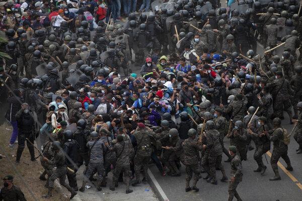 Strety migrantov s policajtmi.