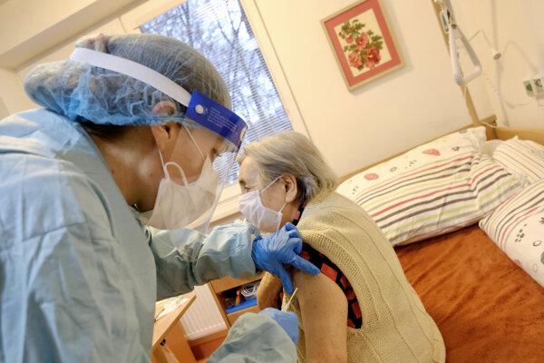 Očkovanie v zariadení pre seniorov.