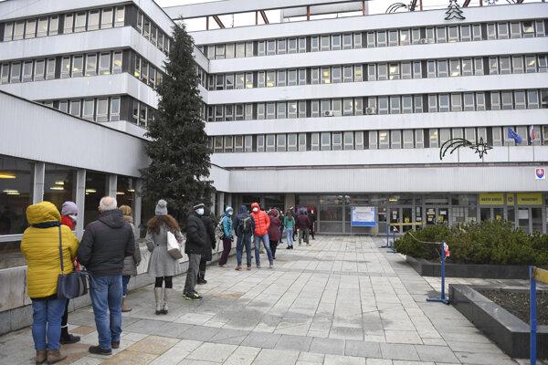 Mobilné odberové miesto s bezplatným antigénovým testovaním na nový koronavírus pre verejnosť v budove Magistrátu mesta Košice.