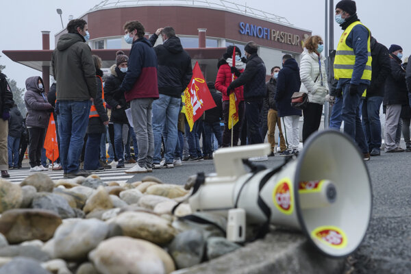 Štrajk zamestnancov pred sídlom francúzskej farmaceutickej spoločnosti Sanofi v meste Marcy l'Etoile v strednom Francúzsku.