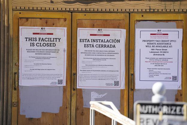 Dvere do štátnych budov v meste Denver sú často zadebnené a prekrývajú ich nápisy: Zatvorené. Úrady sa obávajú násilností v deň inaugurácie prezidenta Joea Bidena.
