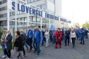 Pred SES Tlmače protestovali v júni zamestnanci a odborári proti avizovanému prepúšťaniu.