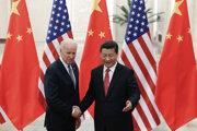 Čínsky prezident Si Ťin-pching a vtedajší americký viceprezident Joe Biden pózujú počas stretnutia v Pekingu začiatkom decembra 2013.