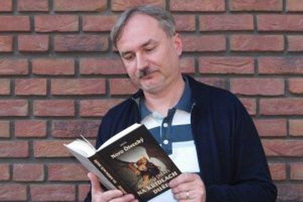 Noro Ölvecký so svojou prvou knihou Na krídlach duše.