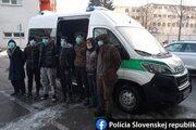 Sedem utečencov vystúpilo z návesu kamióna
