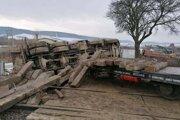 Železničné vozidlo prevážalo podvaly, nákladiak hlinu.