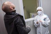 Muž sa testuje počas PCR testov metódou odberu formou kloktania v Bratislave