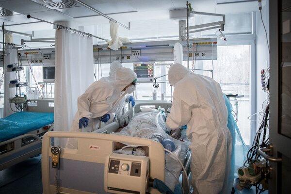 ARO oddelenia nemocníc riskujú kolaps pre nápor covidových pacientov.