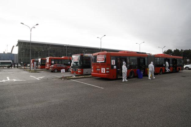 Najväčšie testovacie miesto COVID-19 v Bratislave, pred Letiskom M. R. Štefánika.