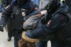 Policajti zatýkajú muža počas protestu proti ... väzneniu ruského opozičného lídra Alexeja Navaľného v Moskve.