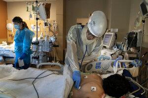 Lekár sa stará o pacienta v nemocnici v Los Angeles.