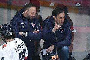Tréner Slovana Bratislava Róbert Döme a jeho asistent Marián Bažány.