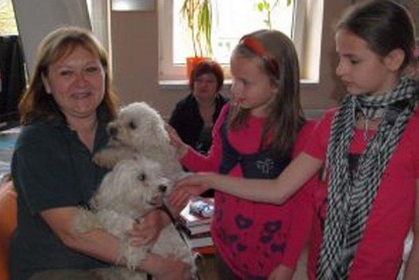 Júlia Ptáčková so svojimi psími miláčikmi.