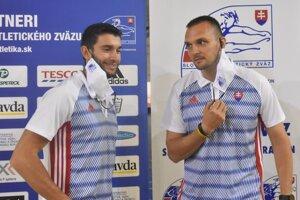 Trojskokan Tomáš Veszelka (vľavo) s trénerom Michalom Švarkom.